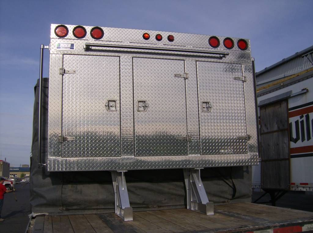 Why You Should Consider a Headache Rack For Your Semi-Truck